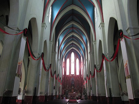 Interior view towards the altar and sanctuary of the cathedral - ภาพจาก wikipedia